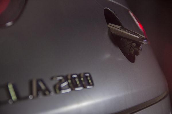 Камера заднего вида у Мерседес CLA200 открывается автоматически.
