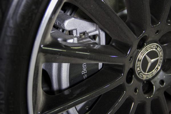 У Мерседес CLA200 дисковые тормоза спереди и сзади.